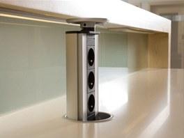 Elegantní řešení svýsuvným zásuvkovým panelem se hodí zejména pro kuchyňské ostrůvky.