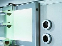 Zásuvky a spínače může překrývat posuvná skleněná deska, která vtomto případě slouží i kosvětlení pracovní desky.