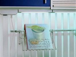 Obyčejné zásuvky, na které není třeba upozorňovat, lze instalovat na dno horní skříňky.