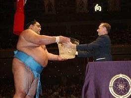 Předávání křišťálového poháru vítězi soutěže sumó
