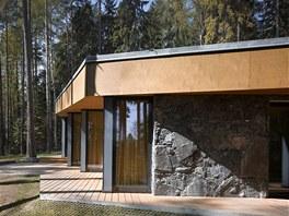 Prosklené čelní plochy jsou lehce vyosené, aby propouštěly do interiéru co nejvíce světla, zároveň dodávají stavbě určitou dynamiku.