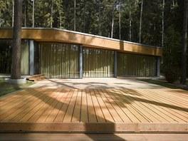 Bazén kryje dřevěný posuvný kryt, který funguje i jako terasa.
