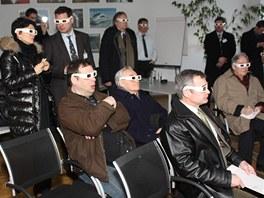 Třírozměrný obraz je možné sledovat i přes 3D brýle, jaké dostanete např. v kině