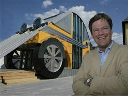 Architekt Markus Voglreiter před domem Auto Residence