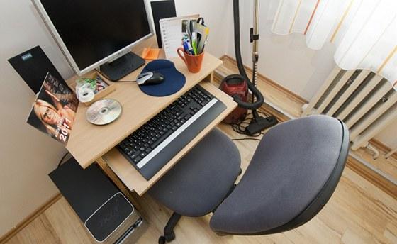 Počítač a vedle něj stojící vysavač, i to je typické zařízení českého obýváku.