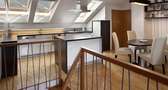 V patře je kuchyňská část s linkou a jídelnou.