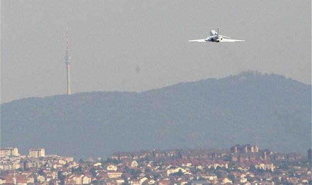 Letadlo s Ratko Mladi�em odlétá z B�lehradu do Rotterdamu, odkud poputuje bývalý bosenskosrbský generál do Haagu. (31. kv�tna 2011)