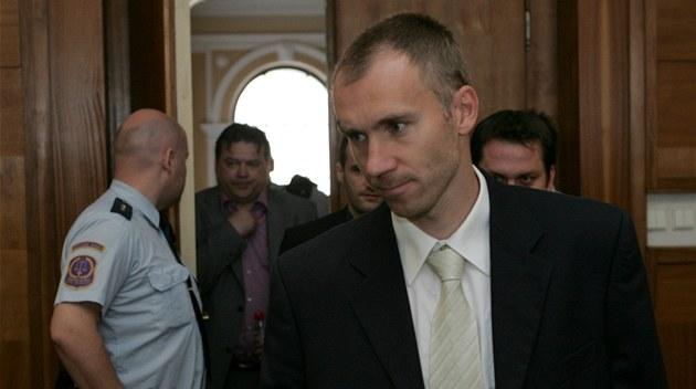 Branká� Petr Drobisz u olomouckého soudu, který projednává p�ípad údajné korupce.