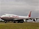 Pro obří letouny jako je Boeing 747 Jumbo Jet nemusí být největším omezením délka dráhy, ale schopnost letiště odbavit najednou velký počet cestujících