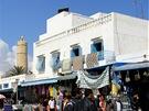 Sousse, Medina s krámky, v pozadí minaret sloužící jako maják