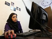Íránská žena v internetové kavárně, Teherán 2011