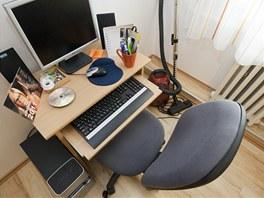 Obývák průměrného Čecha. Počítač a vedle něj stojící vysavač, i to je typické zařízení českého obýváku.