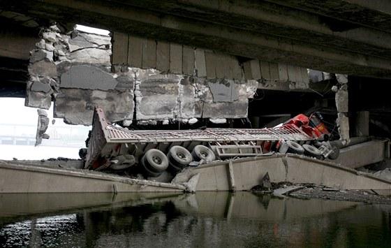 V severoč�nsk�m Čchang-čchunu se propadl most pod proj�žděj�c�m kamoinem. (29. května 2011)