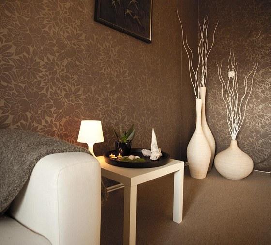 Bílé dekorace z proutí (Almi Décor) byly v porovnání s ostatními prvky v interiéru drahé (asi 5 000 Kč), ale investice do nich se vyplatila, vyplňují prázdný roh a vytvářejí zajímavé aranžmá.