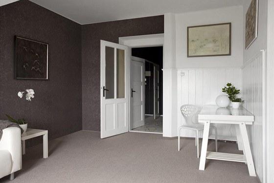 Původní palubky v obývacím pokoji zůstaly, jen byly natřeny na bílo. V pracovním koutě vyniká židle Supernatural od Rosse Lovegrova.