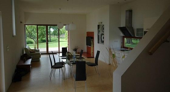 Hlavní obytný prostor má minimum nábytku.