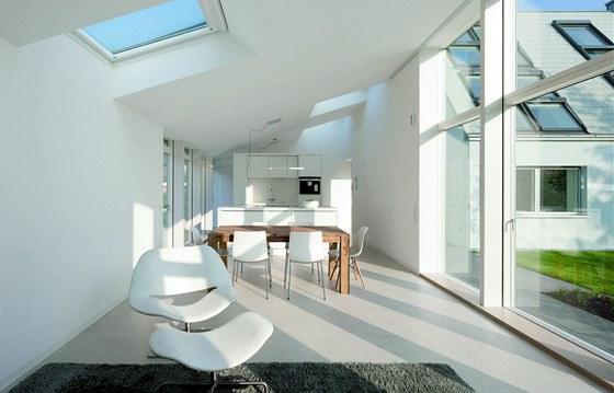 Prostor přístavby je variabilní, předěluje jej pouze nábytek.