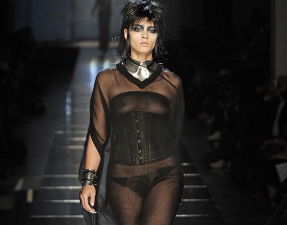 K l�tu (2011) pat�� lehk� tuniky - Topmodelka Crystal Rennov� v �ern� pr�svitn�