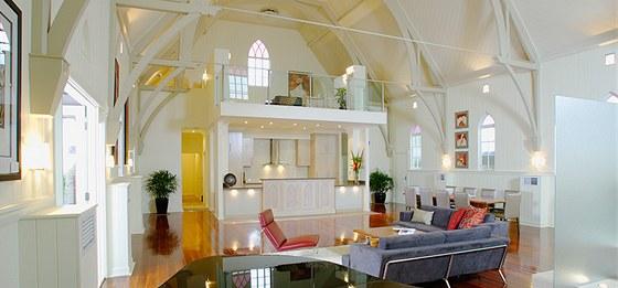 Architekti zachovali prvky kostela: okna, klenby i arkýře respektují původní účel stavby.