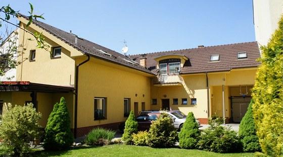 Podle návrhu architekta vznikl pod střechou byt s kuchyní, obývacím pokojem, ložnicí, dvěma dětskými pokoji, koupelnou s toaletou a balkonem.