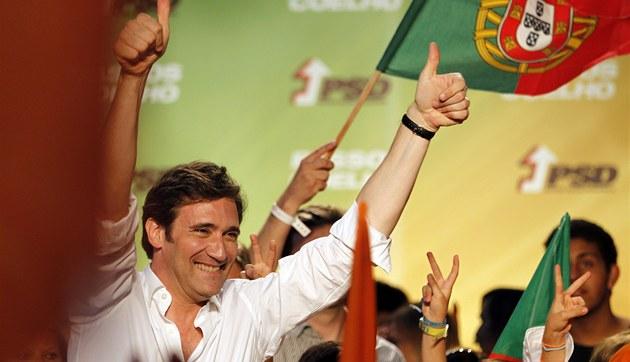 Sociáln�demokratická strana Pedra Coelha slaví, podle odhad� po uzav�ení volebních místností vyhrála p�ed�asné volby.