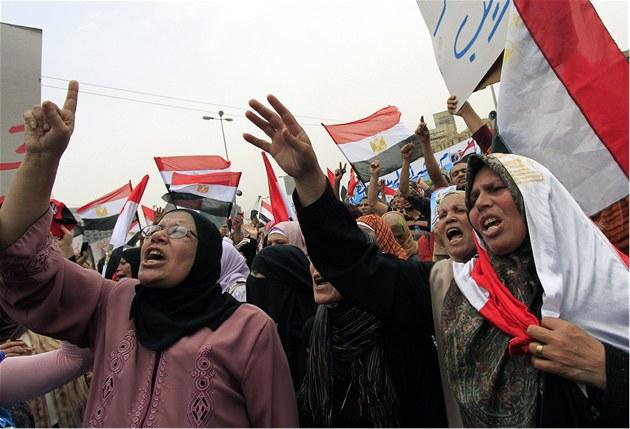Chceme druhou revoluci! Egyptské �eny protestují v centru Káhiry proti vojenské vlád� (27. kv�tna 2011)