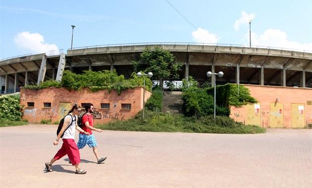 Legendární fotbalový stadion za Lu�ánkami v Brn� jen stále zar�stá plevelem.