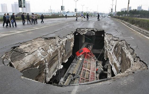 V severoč�nsk�m Čchang-čchunu se propadl most pod proj�žděj�c�m kamionem. (29. května 2011)