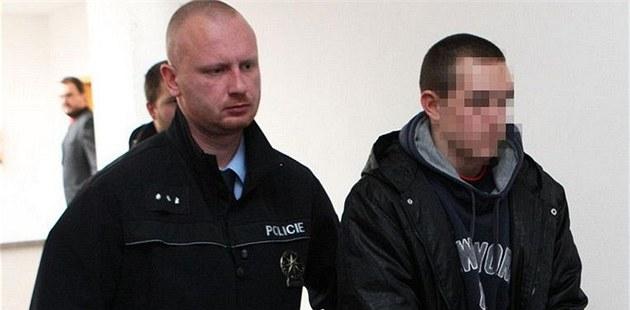 Mladistvý raper Nifest po výslechu na Okresním soudu v Ostrav� Porub�