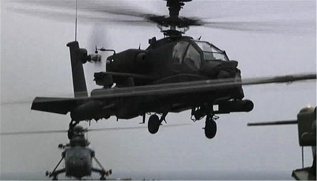Helikoptéra Apache britské armády startuje z plavidla Ocean