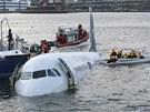 Letadlo US Airways po nouzovém přistáni do řeky Hudson v New Yorku. (15. leden 2009)