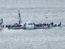 Letadlo US Airways po nouzov�m p�ist�ni do �eky Hudson v New Yorku. (15. leden 2009)