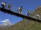 Turisté na most� v Namche Bazaaru v Nepálu