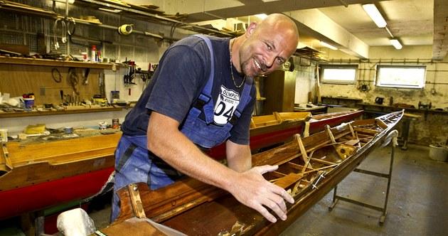 Chalupu u� ne�iví sport, ale opravy vesla�ských lodí. Dílnu má v suterénu lod�nice.