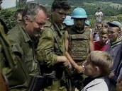 �ervenec 1995, Srebrenica. Ratko Mladi� a mal� Izudin Ali�