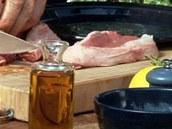 Maso u kosti trošku nařízněte, aby bylo volnější a nestahovalo se směrem ke kosti.