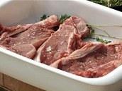 Opepřené a osolené telecí kotletky vložte do misky s troškou olivového oleje a lístky tymiánu.