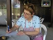 Majitelka taverny poblíž slavné pláže Kalamítsi na poloostrově Sithonía na Chalkidiki, paní Kaliopi Struli-Pavlopoulou, zkráceně Popi, bez okolků vyzradila a napsala svůj rodinný recept na dolmades.