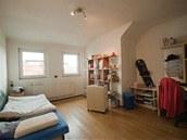 Větší pokoj sloužil Honzovi jako ložnice, obývák i pracovna.