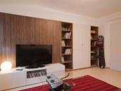 Světlou podlahu oživuje výrazný koberec v červené barvě.