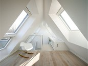 Dříve ponuré podkroví se díky velkým střešním oknům proměnilo vplnohodnotné obytné prostory.
