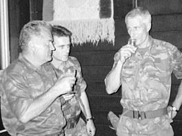 Mladi� si p�ip�j� s velitelem jednotek OSN ve Srebrenici Thomem Karremansem. Nizozem�t� voj�ci bezpe�nou z�nu neochr�nili