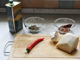 Kromě surovin potřebných pro klasické aglio olio přidává autor receptu i sušená rajčaty a kapary.
