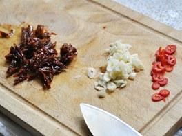 Papričku, česnek a rajčata nasekejte nadrobno.
