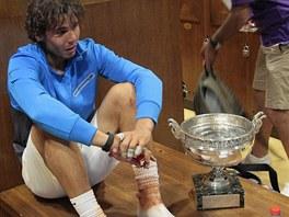 Rafael Nadal s vítěznou trofejí v šatně po finále Roland Garros 2011