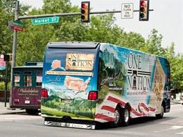 Autobus Sarah Palinové projíždí křižovatkou v americké Filadelfii