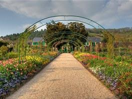 Dům Clauda Moneta obklopený zahradami, které impresionista sám stvořil.