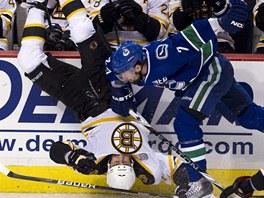 HLAVOU DOL�. Milan Lucic z Bostonu se ocitl v nezvykl� pozici v��i ledu po z�kroku Dana Hamhuise z Vancouveru.