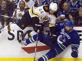 SOUBOJ OBR�NC�. Dennis Seidenberg z Bostonu se v tenhle okam�ik ocitl v� ne� Dan Hamhuis z Bostonu.