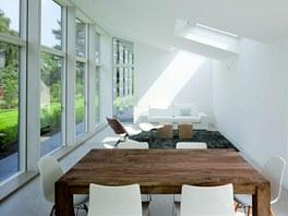 Zařízení interiéru je převážně v bílé barvě a doplněné masivním dřevem.
